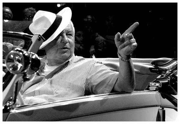 Gentleman driver con cappello bianco