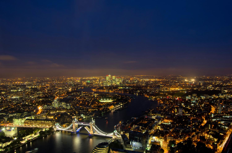 Geöffnete Tower Bridge bei Nacht