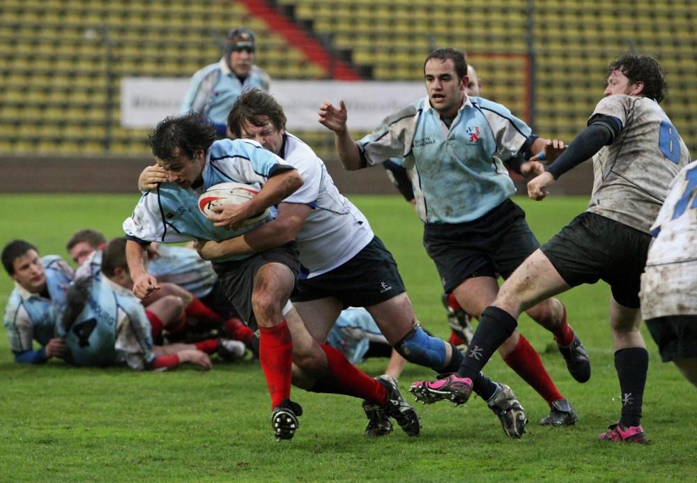 Geoffreys Nicholas mit Ball in voller Attacke