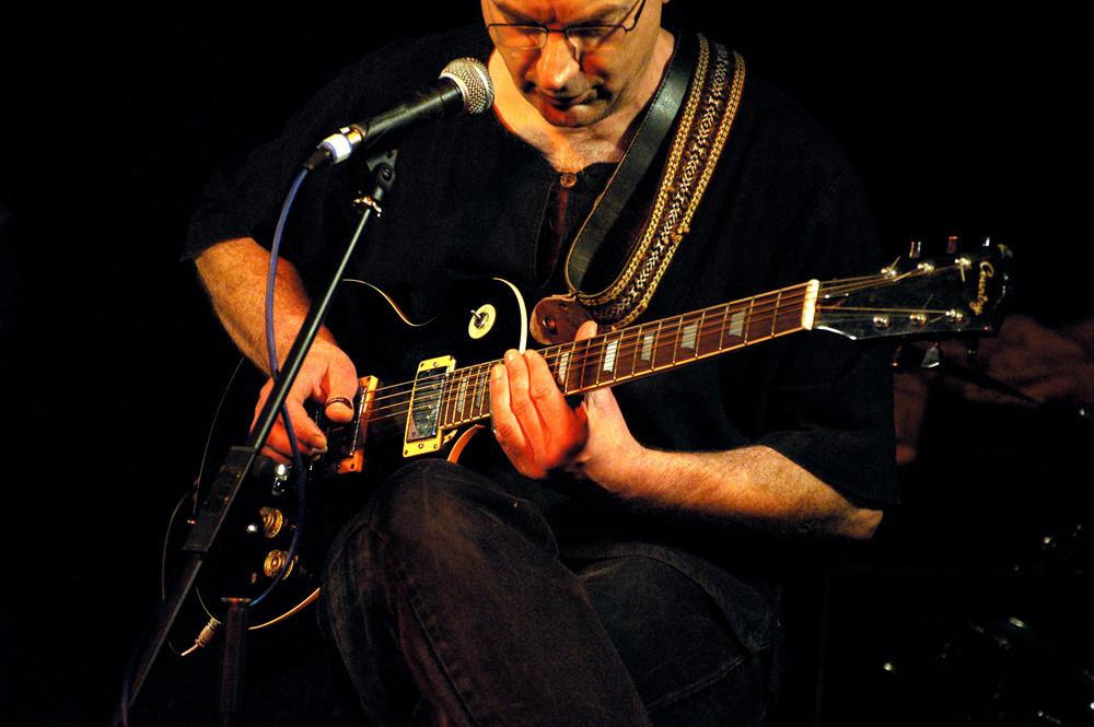 Gérard,chanteur et guitariste de Phill Defer's Blues Band au Satin Doll