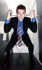 Geschäftsmann im WC