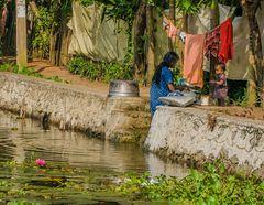 Geschirrwäsche an den Backwaters