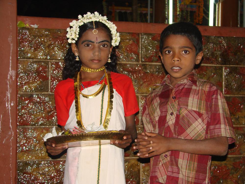Geschwister bei einem Straßenfest in Kerala
