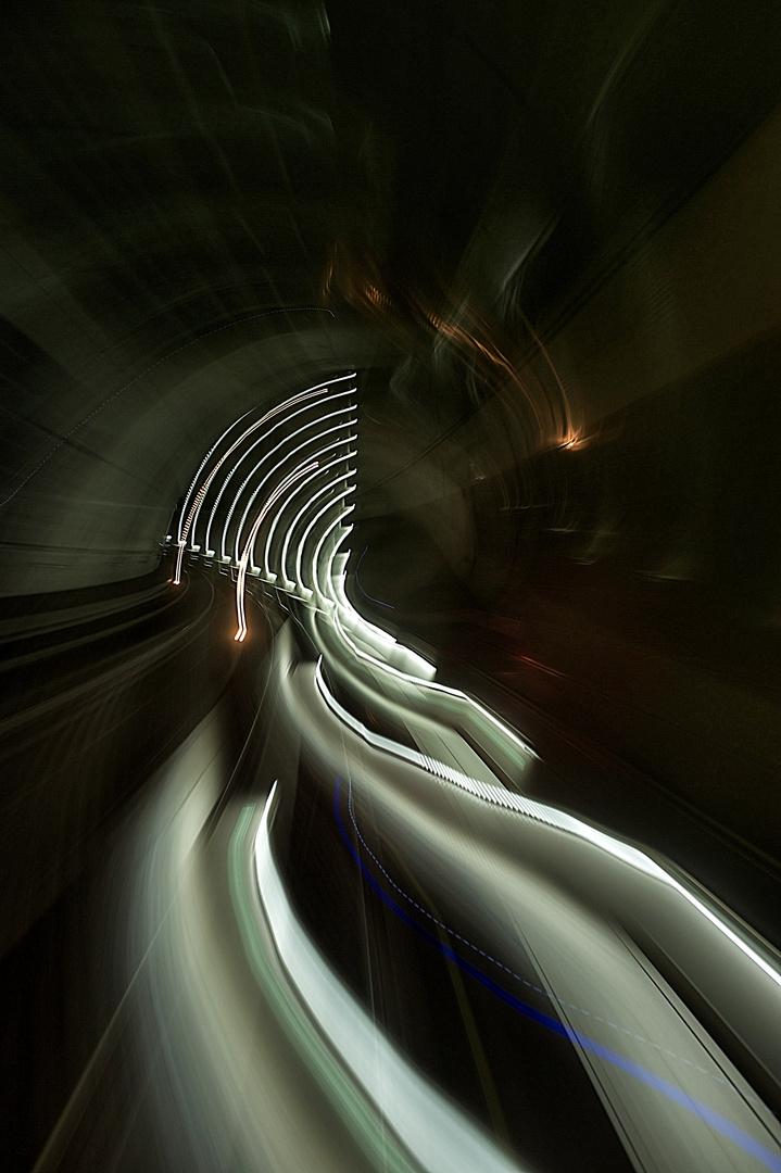 geschwungene Lichtkunst im Tunnel