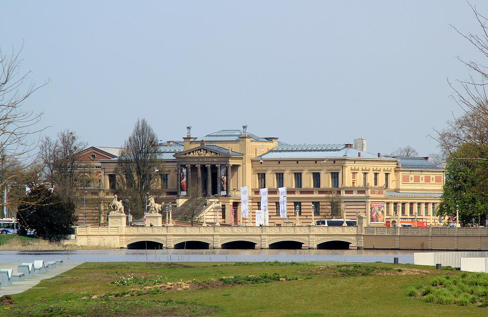 Gesehen aus großer Entfernung - Das Staatliche Museum