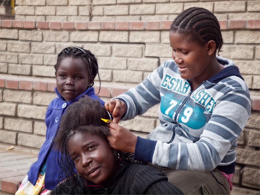 Gesichter Namibias: Sie kriegt die Haare schön