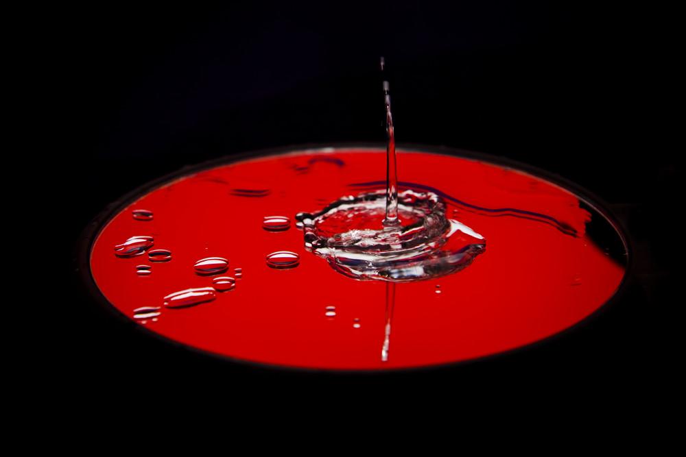 gespiegelt tänzelndes Wasser auf Rot