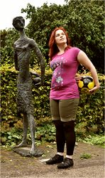 Gespielte Kunst: Mädchen mit Ball