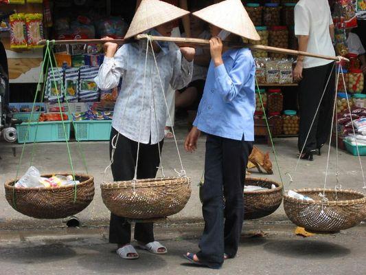 Gespräch von Straßenhändlerinnen in der Altstadt Hanois
