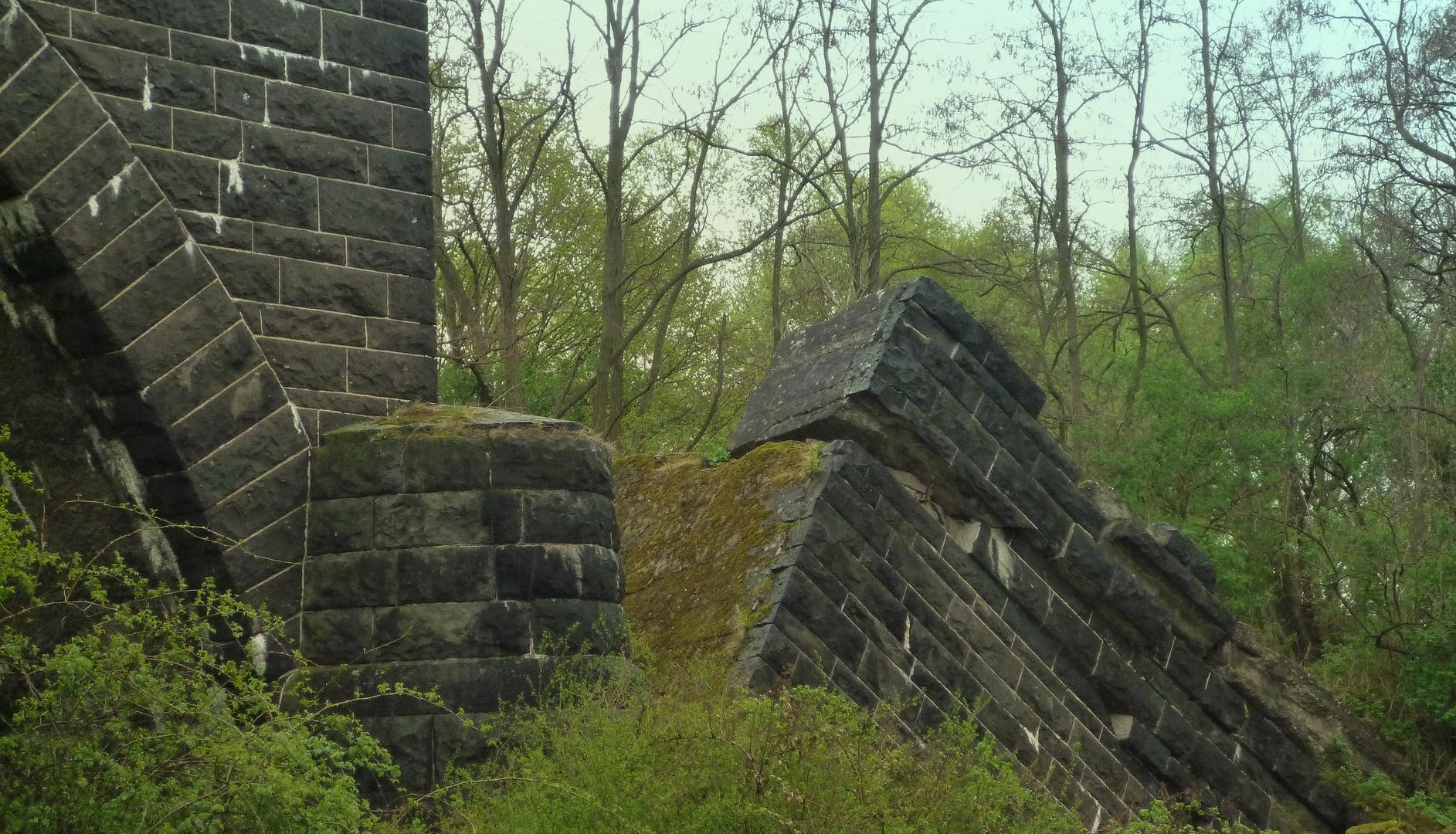 Gesprengt 1945 - Verwunschenes Trümmerfeld heute (2)
