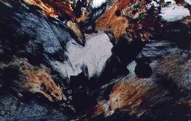 Gesteinsdünnschliff im Mikroskop
