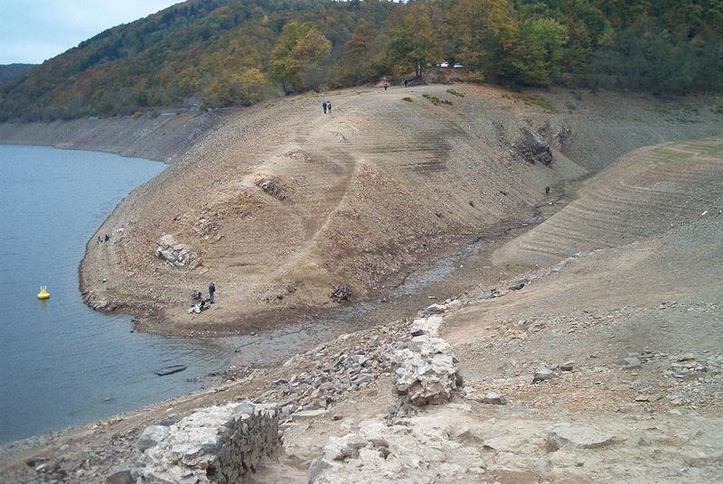Gesteinsschichten des Edersee und Zulaufs bei Niedrigsstand Okt.2003