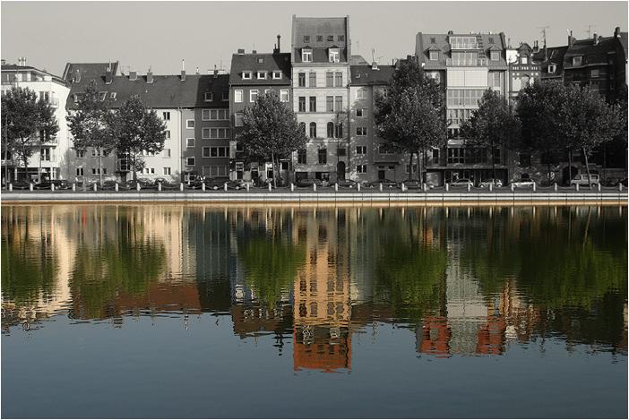 Geteilte Welt - Köln Mediapark Häuser See