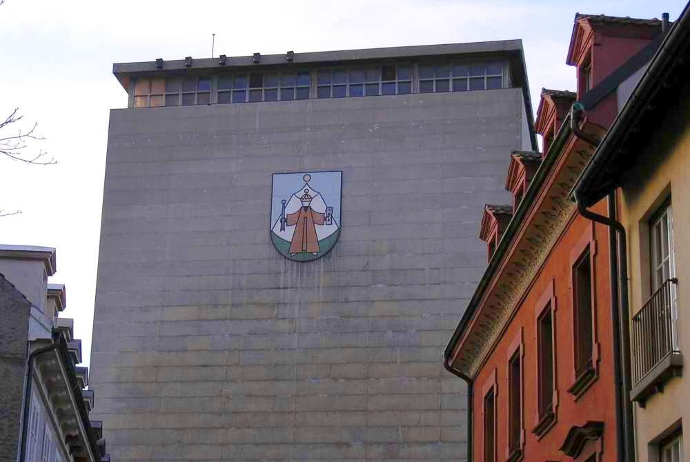 Getreidesilo geziert mit dem Wappen des Hunnenkönigs