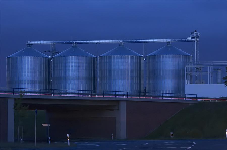 Getreidesilos zur blauen Stunde
