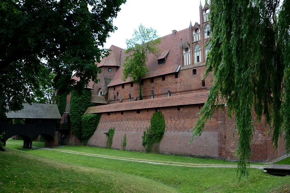Gewaltige Mauern schützen die Marienburg von allen Seiten