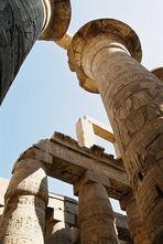 Gewaltige Säulen im Karnak Tempel