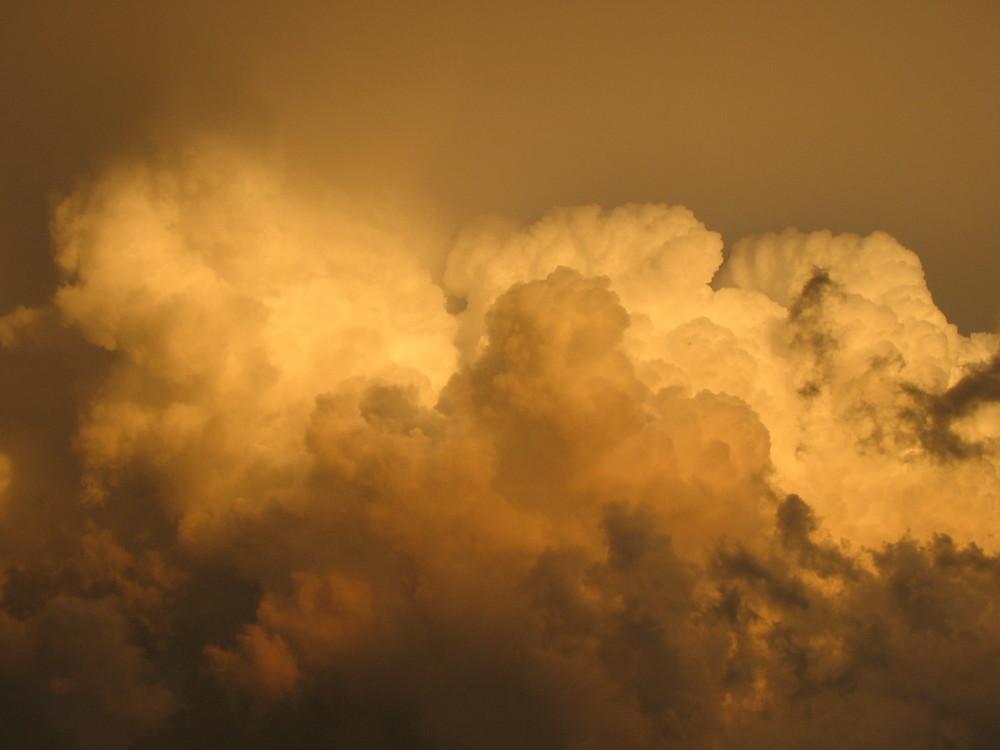 Gewaltige Wolkenansammlung mit Sonnenuntergang
