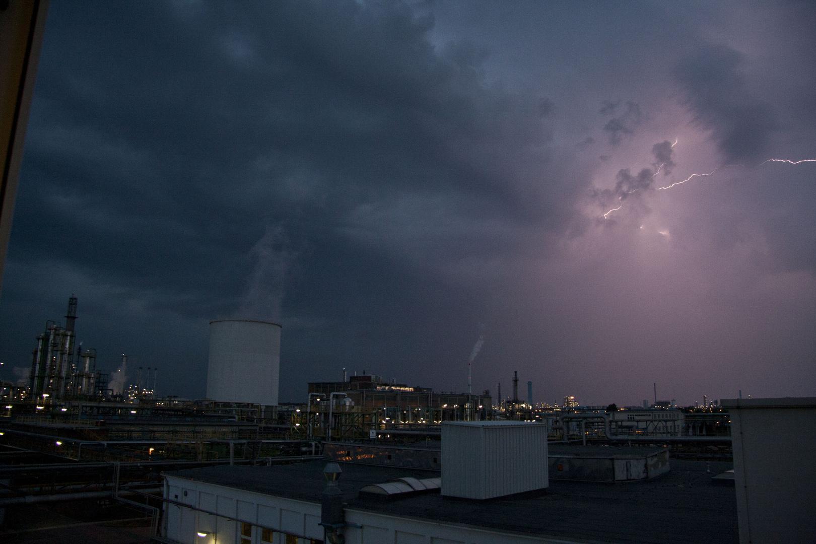 Gewitter über dem Leuna-Werk