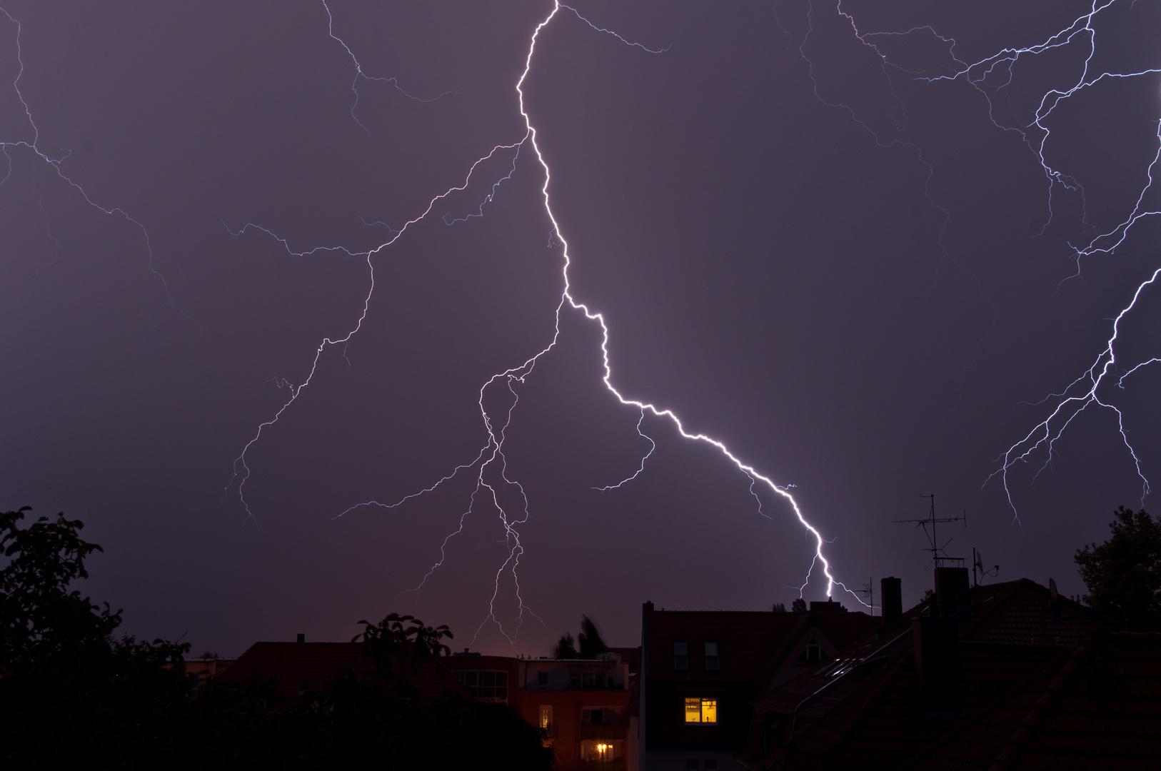 Gewitter über den Dächern der Stadt