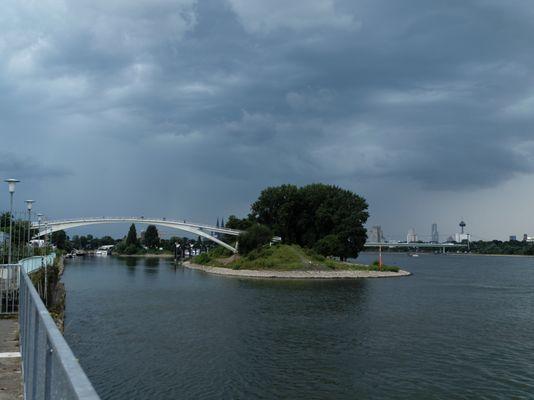 Gewitterstimmung am Rhein in Köln-Mülheim