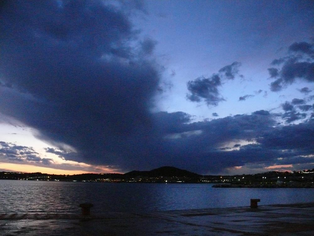 Gewitterstimmung über dem Hafen von Neapel