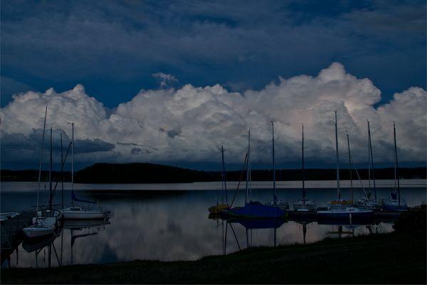 Gewitterwolken am See