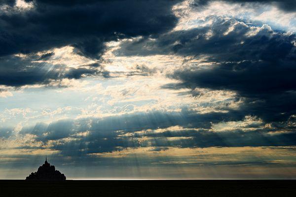 Gewitterwolken über dem Mont Saint-Michel