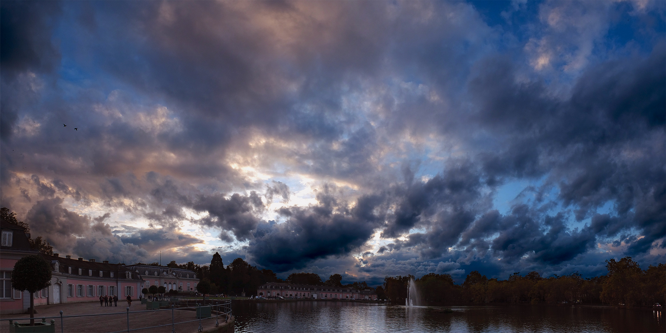 Gewitterwolken über'm Schloss