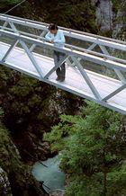 Gina auf der Brücke über die Leutaschklamm