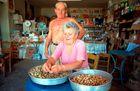 Giorgos Betsis und seine Frau putzen Mandeln
