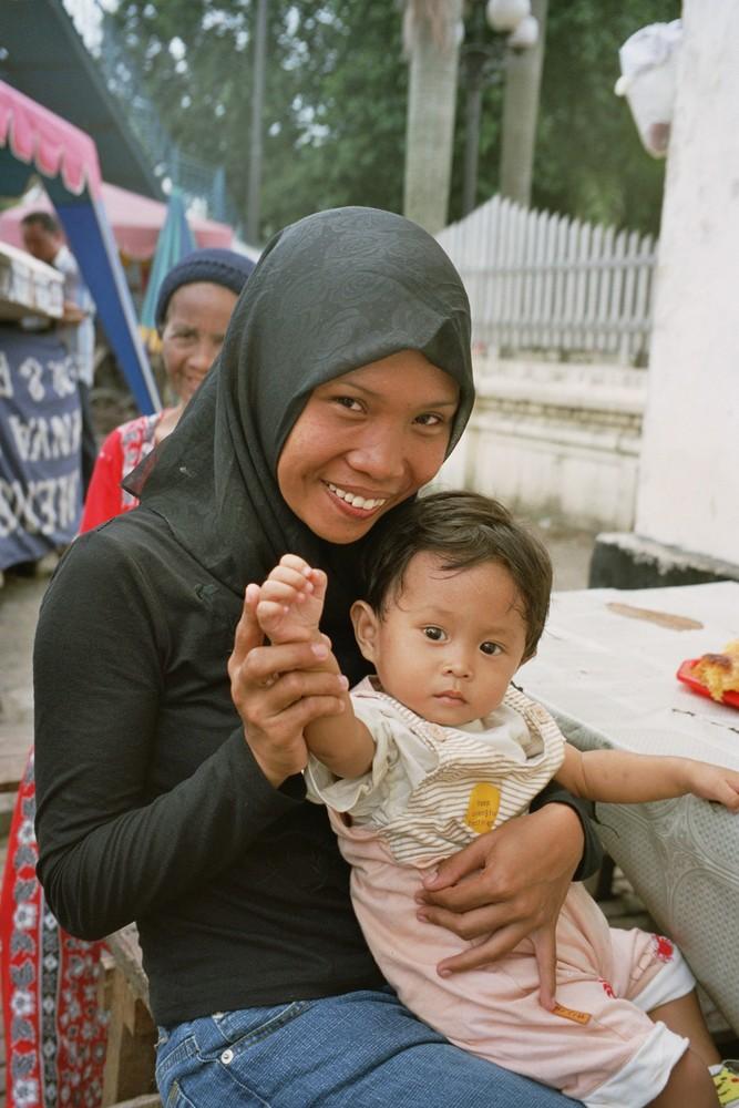 Giovane mamma a Medan INDONESIA