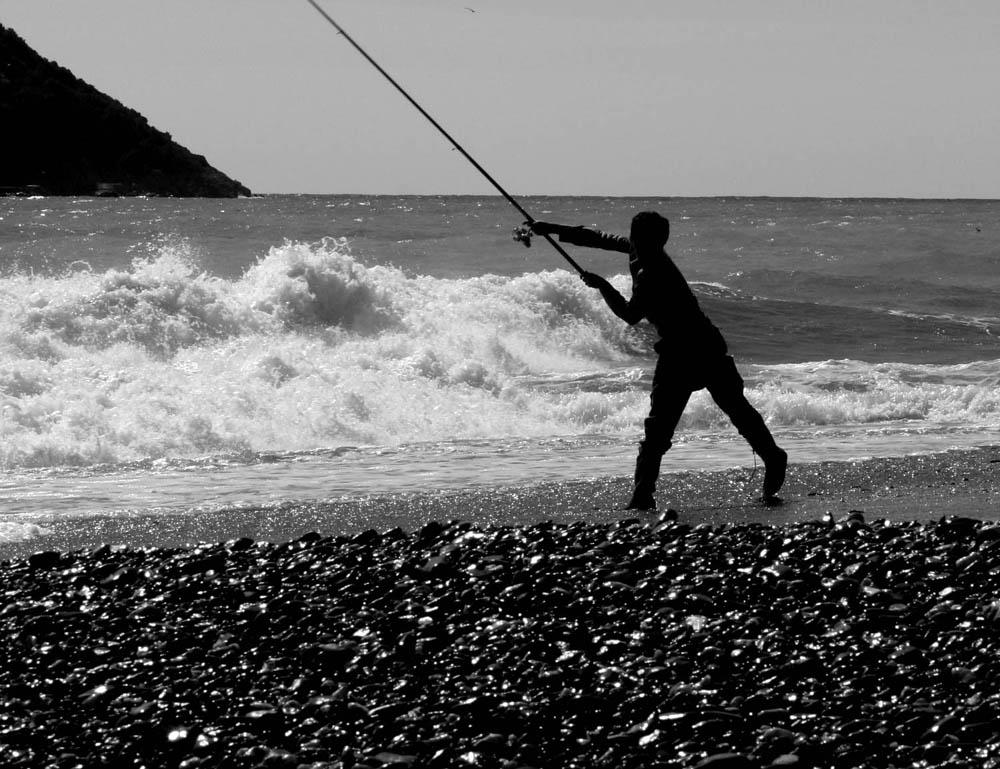 Giovane pescatore al tramonto