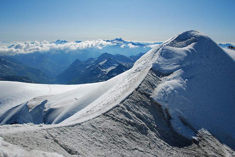 Gipfelgrat am Großvenediger, Großglockner im Hintergrund