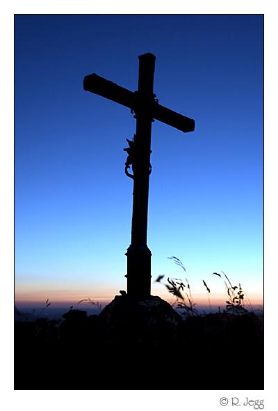 Gipfelkreuz des Heuberg im Sonnenuntergang