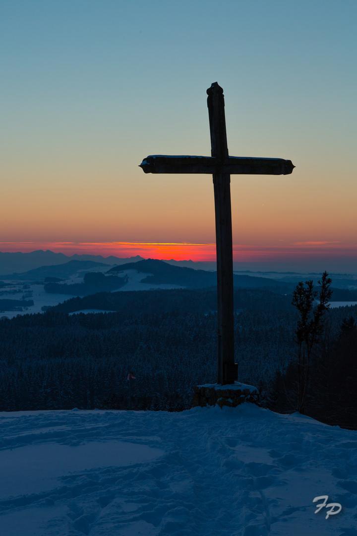 Gipfelkreuz in der Abenddämmerung