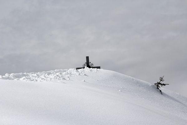 Gipfelkreuz Schweinsberg im Schnee