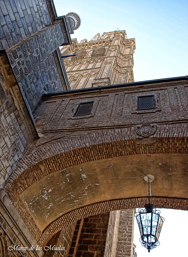 ...GKM5...bajo el arco de la Catedral...