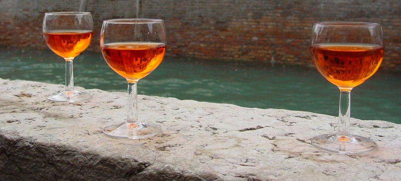 Gläser am Kanal