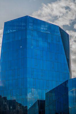 Glas Fassade die Strom erzeugen kann.