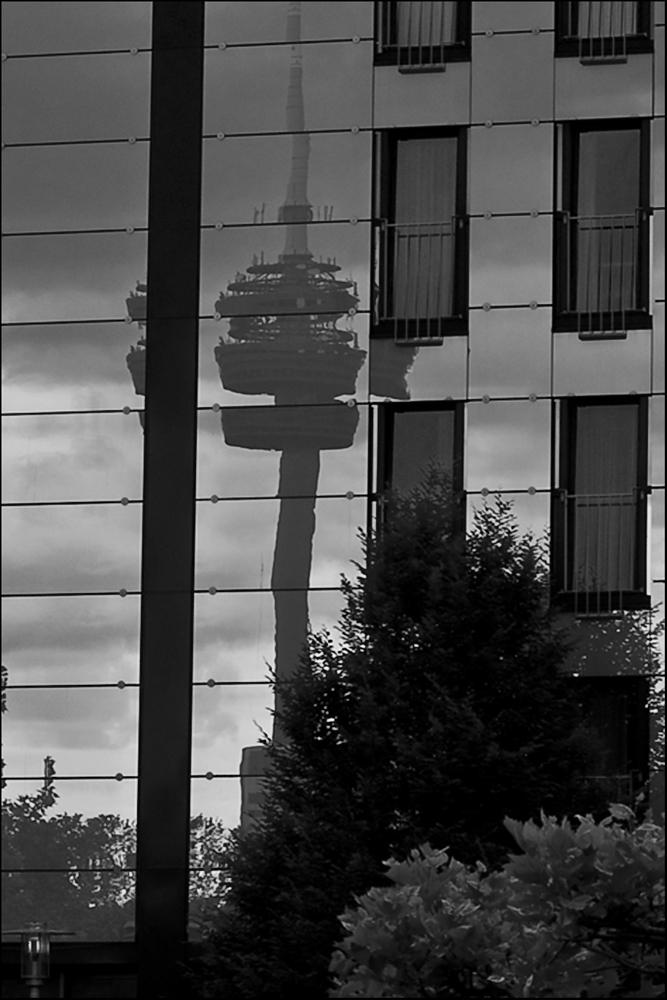 Glasfassade mit Fernmeldeturm