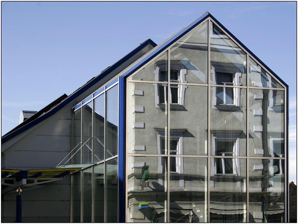 glasfassadengespiegelte Hausfassade