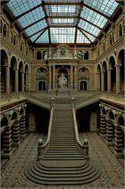 Glasgedeckte Central-Halle mit der Statue der Justitia im Justizpalast Wien