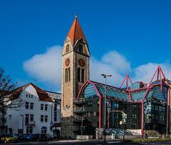 """""""Glashaus"""" neben Kirche"""