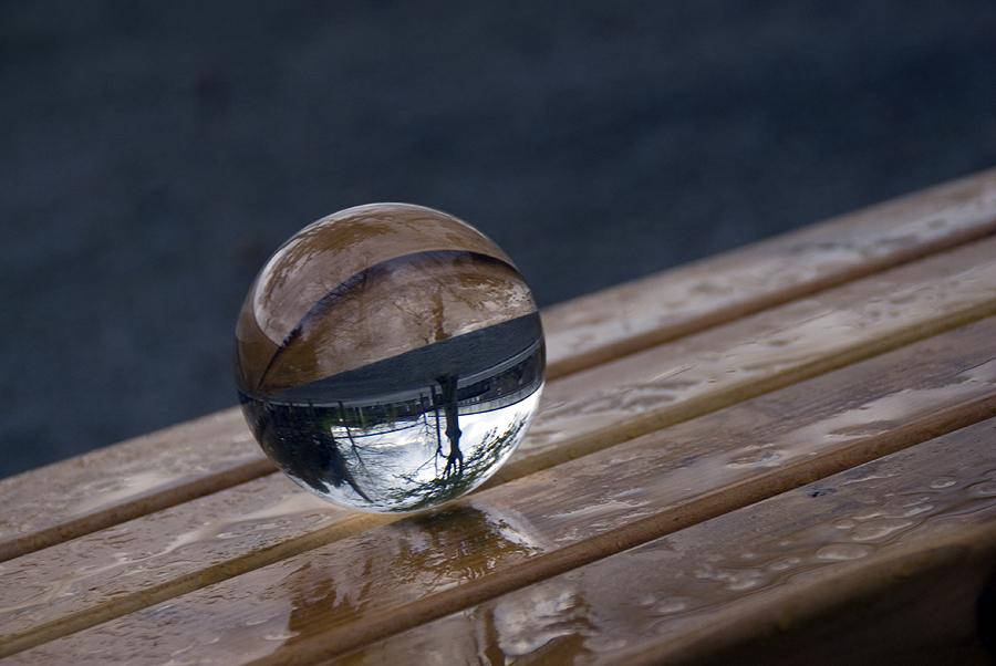 Glaskugel im Regen