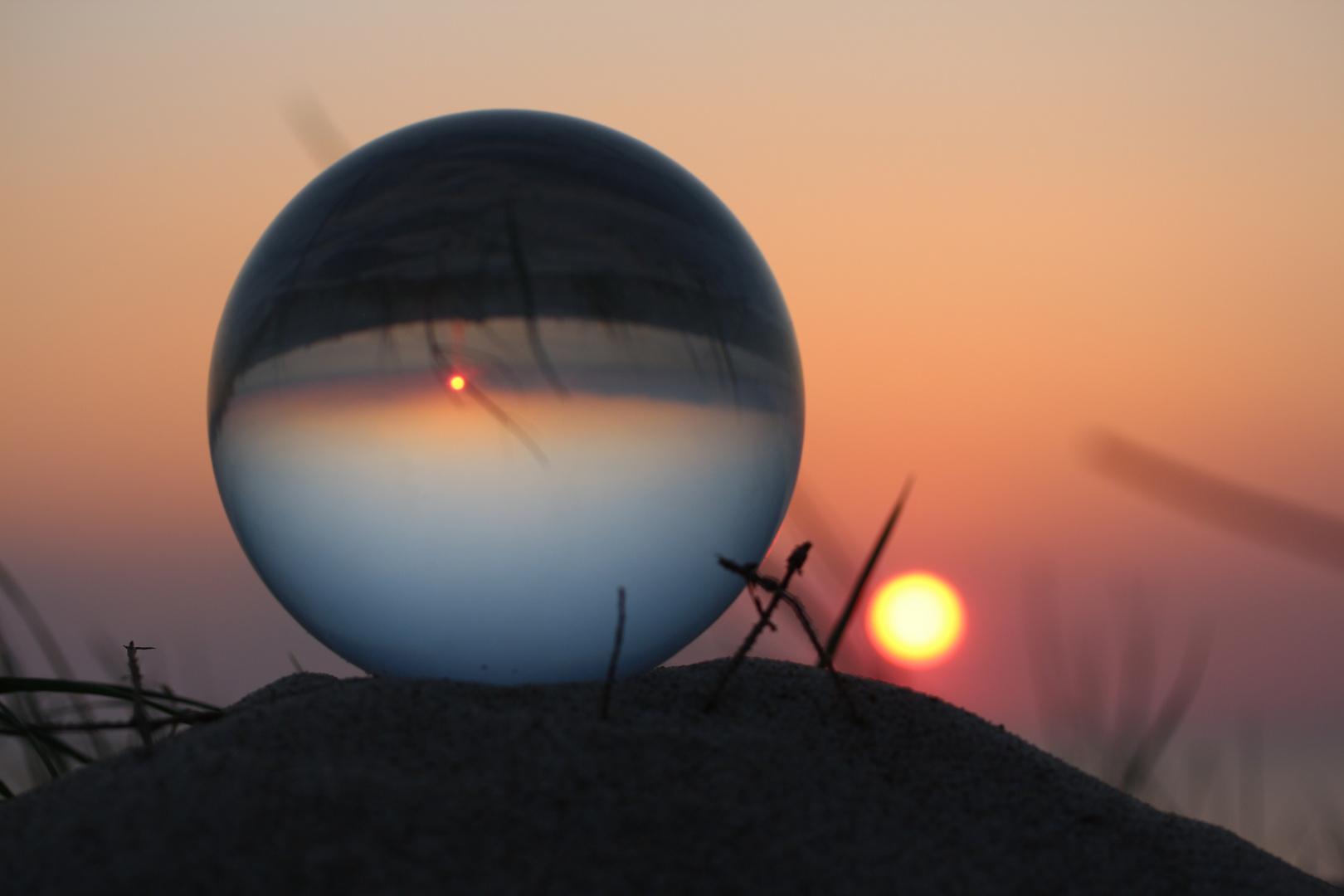 Glaskugel im Sonnenuntergang