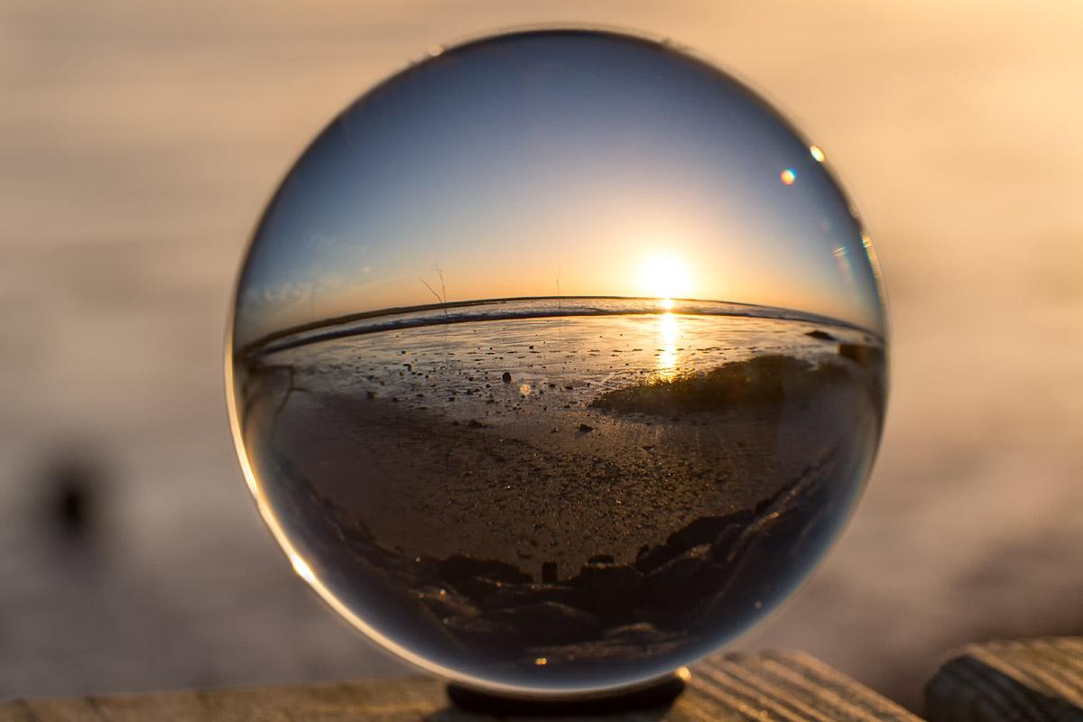 Glaskugel, Strand und Sonnenuntergang