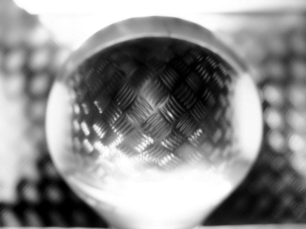 Glaskugel vor Riffelblech