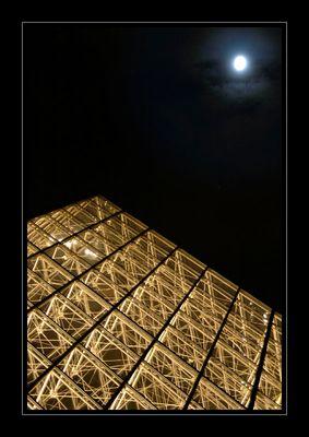 Glaspyramide bei Nacht