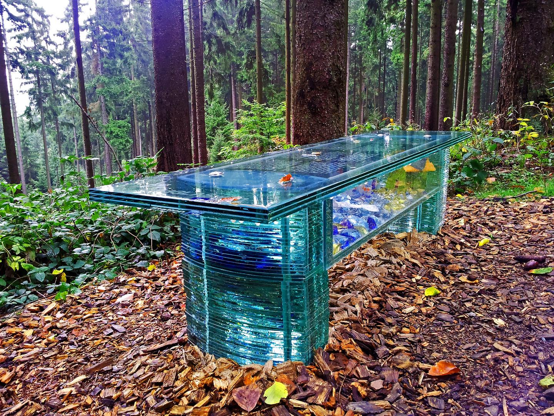Glastisch im Wald